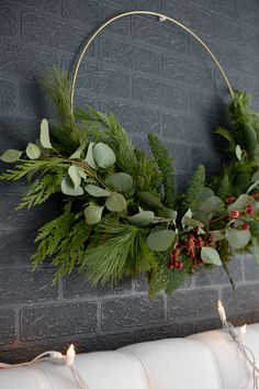 New Pic modern Christmas wreaths Ideas Were you aware a person will certainly make your own personal Xmas wreath? Diy Christmas Decorations, Christmas Swags, Modern Christmas, Holiday Wreaths, Christmas Home, Christmas Crafts, Holiday Decor, Rustic Christmas, Christmas Family Feud