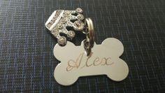 Placa pet personalizada osso com coroa de strass. Gravação de um nome e dois telefones