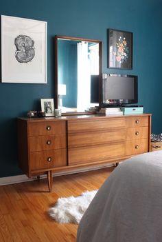 Mid-Century Moody Bedroom: Mid-century modern style bedroom with dark teal walls (Benjamin Moore Galapagos Turquoise)