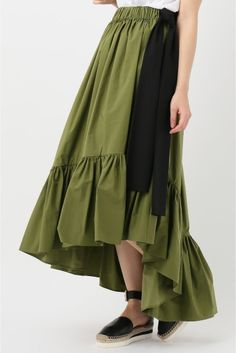 MSGM リボン付き裾プリーツ スカート  MSGM リボン付き裾プリーツ スカート 81000 生地をふんだんに使用したボリュームギャザースカート サイドのリボンデザインもポイントです シンプルなトップスと合わせて MSGM(エムエスジーエム) マッシモジョルジェッティが手掛けるイタリアのファッションブランド 2004年からデザイナーとして活動をし2009年に自分のブランドMSGMを立ち上げた デザイナー自身が愛するインディーミュージックやコンテンポラリーアートの新しい傾向を組みわせることでMSGMはまるで万華鏡の中に広がる世界の様に様々な色形ライン等の結合により真新しいパターンを生む MSGMは人々が服を着ることによって自由個性や創造性を発揮する方法を与える モデルサイズ:身長:156cm バスト:76cm ウェスト:58cm ヒップ:86cm 着用サイズ:XS