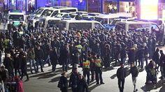 Polizisten umringen in der Silvesternacht vor dem Hauptbahnhof in Köln eine Gruppe südländisch aussehender Männer.  (Quelle: dpa)