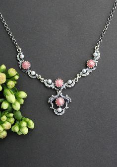 Trachtenkette Jutta rosa - Schmuck Steiner Jewelry, Fashion, Pink Jewelry, Women Accessories, String Of Pearls, Pearl Jewelry, Rhinestones, Valentines Day, Neck Chain