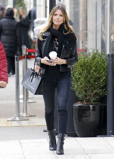 Look del día. Black sweater+black skinny cropped jeans+black boots+black moto leather jacket+black scarf. Winter Casual Outfit 2017