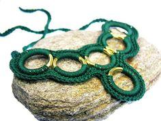 Gehäkelter Schmuck aus Wolle liegt voll im Trend.     Diese grüne Häkelkette ist zum Binden und ein toller Hingucker.  Eng gebunden als Kropfband o...
