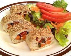 Rolinhos de frango com legumes e gergelim