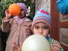 La cirisi dei bambini in #Siria è ormai drammatica. Oltre 1 milione di loro sono stati costretti a fuggire, hanno lasciato tutto quanto alle loro spalle: il quartiere dove vivevano, i loro giocattoli, a volte la loro famiglia. Ma non hanno mai perso la speranza. In questa foto alcuni bambini giocano tra di loro con dei palloncini gonfiabili. www.unhcr.it
