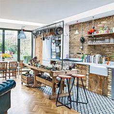 Un apartamento de esilo Victoriano en el norte de Londres donde el eclecticismo es la nota predominante. Un espacio abierto donde la cocina-office y el salón están comunicados. El estar se muestra como un espacio acogedor, con predominio del color block en azul, un refugio acogedor, tranquilo y envuelto de toques vintage.  ...