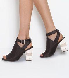 Chaussures noires satinées à talons métallisés, bouts ouverts et brides croisées