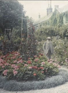 Anonymous, Claude Monet outside his home in Giverny, 1921, Autochrome, Paris, musée d'Orsay.