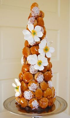 An excellent tutorial for croquembouche. Made a great Christmas dessert (decorated with fresh cranberries) christmas desserts creative Eclairs, Profiteroles, Beautiful Cakes, Amazing Cakes, Croquembouche Recipe, French Wedding Cakes, Choux Pastry, Dessert Decoration, French Pastries