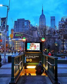 Blue hour photo of the Street MTA subway stop in Flatiron, New York City with the Empire State Building in the background New York Life, Nyc Life, New York Photography, Travel Photography, Empire State Building, Ville New York, Visiting Nyc, Nyc Subway, New York Subway