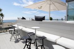 Detalle en terraza. Tibu-Ron Beach Club. Castelldefels Ron, Dining Table, Patio, Club, Outdoor Decor, Furniture, Home Decor, Terrace, Decoration Home