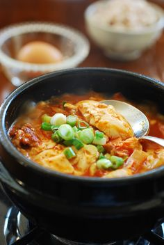 A quick and easy soondubu jjigae recipe made with kimchi. It's a stew made with uncurdled (extra soft) tofu and kimchi. Soondubu Jjigae, Sundubu Jjigae Recipe, Kimchi Jigae Recipe, Kimchi Soup Recipe, Asia Food, South Korean Food, Korean Street Food, Korean Dishes, Veggies