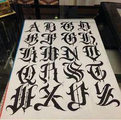 TATTOOS ALUCINANTES Tenemos los mejores tattoos y #tatuajes en nuestra página web tatuajes.tattoo entra a ver estas ideas de #tattoo y todas las fotos que tenemos en la web. Tatuajes #tatuajes Tattoo Lettering Alphabet, Calligraphy Fonts Alphabet, Tattoo Lettering Styles, Chicano Lettering, Script Alphabet, Graffiti Lettering Fonts, Graffiti Tattoo, Lettering Design, Alphabet Letters