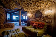 """La """"Casa Magic Mushroom""""  (fungo allucinogeno) ad Aspen Colorado è una bella villa su più piani progettata da Andre Ulrych nel 1970 che si dice sia stato sotto l'influenza degli allucinogeni:. """"Magici"""" funghi e LSD CNNMoney ha recentemente parlato con la collaborazione dell'attuale proprietario, Patty Findlay, sulla casa di quasi 6.000 metri quadrati e la sua storia psichedelica. Le pareti curve della casa non hanno angoli (ispirato alle conchiglie Nautilus)."""