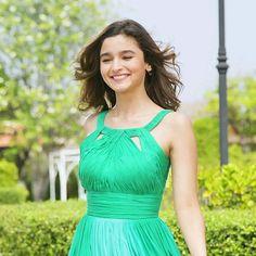 Alia Bhatt the cutest One Indian Celebrities, Bollywood Celebrities, Beautiful Bollywood Actress, Beautiful Actresses, Alia Bhatt Photoshoot, Beauty Redefined, Aalia Bhatt, Alia Bhatt Cute, Alia And Varun