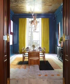 For the 2013 Kips Bay Decorator Show House, New York-based talent Kristin McGuiness paired a 1949 Joaquim Tenreiro dining table with glossy, slate-blue walls and a graphic, carpet by Ivan de Silva Bruhns. Photo by Timothy Bell. Slate Blue Walls, Gray Walls, Kips Bay Showhouse, Shabby, Bedroom Carpet, Wall Carpet, Contemporary Interior, Contemporary Kitchens, Interior Design Inspiration