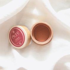 El rubor en polvo suelto natural tono rosa dorado,  viene en su hermoso envase y tapa de guadua (compostable). Este rubor natural, con su base de harina de arroz, arcillas y mica, te brinda calidez y profundidad a tu rostro dando un brillo con acabado natural que realza y acentúa tu sonrisa para un efecto radiante.
