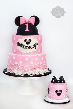 If you are currently in the middle of organizing your little one's birthday party, feel free to pick a Minnie Mouse cake to surprise them with. Torta Minnie Mouse, Mini Mouse Cake, Bolo Minnie, Minnie Mouse Birthday Cakes, Minnie Cake, Mickey Cakes, Mickey Mouse Cake, Minnie Mouse Pink, Girl Cakes
