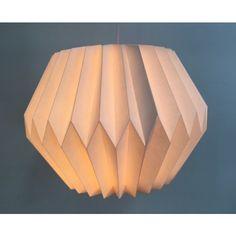 Lampion en papier rigide blanc. S'utilise avec ampoules froides uniquement. Livré plié. Douille et installation électrique non fournie.