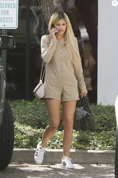 Kylie Jenner à Los Angeles, porte une combi-short beige Renamed, un sac rose pâle Givenchy (modèle Pandora Box) et des baskets adidas (modèle Superstar). Le 2 septembre 2015.