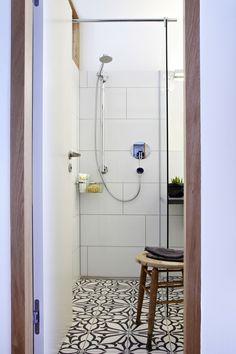 Mała łazienka, prysznic, mozaika, posadzka z kafelek, jak urządzić małą łazienkę. Zobacz więcej na: https://www.homify.pl/katalogi-inspiracji/15226/jak-urzadzic-niewielkie-jednopokojowe-mieszkanie