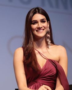 cc - View Kriti Sanon all 2 movies information Indian Bollywood Actress, Bollywood Girls, Beautiful Bollywood Actress, Most Beautiful Indian Actress, Bollywood Actors, Bollywood Celebrities, Bollywood Fashion, Beautiful Actresses, Indian Actresses