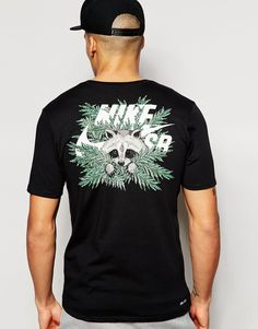 """T-shirt par Nike Skateboarding Jersey de coton mélangé Ras du cou Logo raton laveur Coupe classique taillant normalement Lavage en machine 60% coton, 40% polyester Le mannequin porte l'article en taille Medium et mesure 188 cm (6'2"""")"""