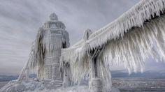 Des allures de vaisseau fantôme... / Janvier 2014, le Lac Michigan gelé par les températures glaciales. / USA.