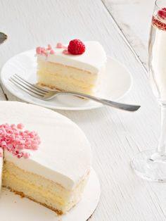 Was gibt es Besseres für den nächsten Mädelsabend als eine Torte, die herrlich schmeckt und auch noch ein bisschen beschwipst. Nichts! Deshalb solltest du dieses Rezept für Prosecco-Mandarinen-Torte sofort ausprobieren.