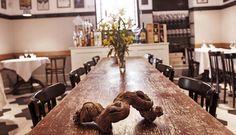 Il modo migliore per organizzare una cena aziendale brillante e piacevole è quello di prenotare un tavolo presso un ristorante ampio e curato, che abbia le strutture e l'esperienza culinaria per gestire l'impegno (e la sfida) di simili tavolate.