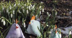 efter foråret. Og jeg fandt det. Midt i haven under lidt grene fandt jeg både vintergækker, solskin og små høns. Det må da være et tegn :o) ... Hens, Easter, Crafts, Art