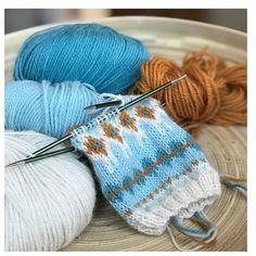 Tester ut nye fargekombinasjoner til #ingeborgkofte 🌟 Dette er første prøve med #knittinginnafargen lys mint 528 som bunnfarge. De øvrige er turkis 515, safran 519 og natur 501. #alpakkawool fra @dustorealpakka. #strikkeinspirasjon #fargeglede #bystrikk