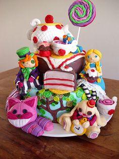Bolo Alice no País das Maravilhas! (Alice in Wonderland Cake!) by Carla Ikeda - DENTRO DO FORNO - BOLOS DECORADOS - , via Flickr