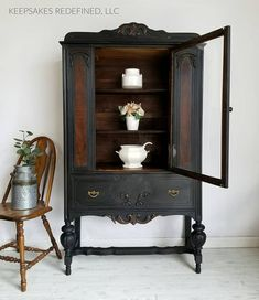 Painting wood cabinets black annie sloan 15 Ideas for 2019 Black Painted Furniture, Paint Furniture, Furniture Makeover, Dresser Makeovers, China Cabinet Makeovers, China Cabinet Redo, Hutch Cabinet, Furniture Design, Furniture Storage