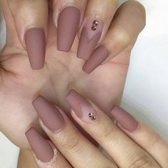 False nails have the advantage of offering a manicure worthy of the most advanced backstage and to hold longer than a simple nail polish. The problem is how to remove them without damaging your nails. Matte Acrylic Nails, Mauve Nails, Acrylic Nail Designs, Dark Nude Nails, Acrylic Nails For Fall, Coffin Nail Designs, Matte Almond Nails, Matte Stiletto Nails, Matte Nail Polish