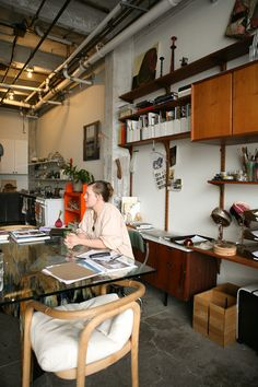 A German site featuring artists from around the world at home and in their studios.