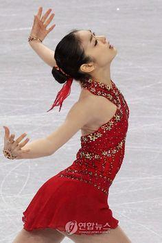 Yuna Kim 김연아 Proud Korean Skater Queen! Kim Yuna, Figure Skating Costumes, Figure Skating Dresses, Beautiful Figure, Beautiful Costumes, Ice Queen, Korean Celebrities, Korean Women, Skater Dress