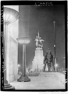 [Exposition internationale des arts et techniques, Paris 1937 : depuis le pavillon de l'Allemagne nazie, le pavillon illuminé de l'U.R.S.S. (06 juin 1937)]