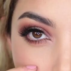 This eye makeup tutorial is truly satisfying to watch. All these pretty colors! 😍 Augen Makeup, , This eye makeup tutorial is truly satisfying to watch. All these pretty colors! 😍 Make-up. Makeup Eye Looks, Eye Makeup Tips, Smokey Eye Makeup, Eyeshadow Looks, Face Makeup, Eyeshadow Makeup Tutorial, Daily Eye Makeup, Pretty Eye Makeup, Contouring Makeup
