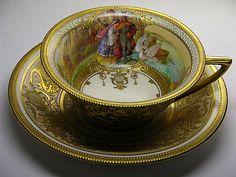 Šálek na čaj * zlacený porcelán, zdobený s malovaným obrázkem.