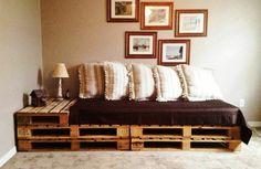 diy-möbel-sofa-aus-paletten-eingebauter-tisch-bilder