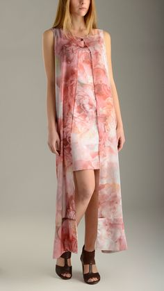 Floral patterned pink tunic dress featuring side flounces, round neck, concealed zip fastening at the back, lining, regular fit, 97% polyester 3% elastane.