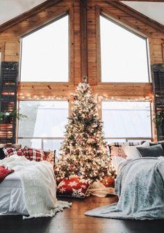 Brace Yourself: We Found The Most Dreamy Christmas Cabin arquitectura . Cabin Christmas, Christmas Feeling, Christmas Room, Merry Little Christmas, All Things Christmas, Winter Christmas, Xmas, Simple Christmas, Minimal Christmas