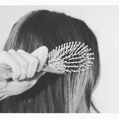 Sabias que #cepillar tu #cabello 3 minutos al dia favorece su crecimiento y aumenta su brillo? #imperfectsalon #consejos #sitges #beauty #hair