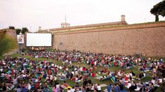 Enjoy a lovely night out in Barcelona at Sala Montjuic, an open-air cinema with movies and concerts, and stunning views of Barcelona skyline. Where To Watch Movies, Movies Under The Stars, Barcelona, Outdoor Cinema, Picnic Area, Stunning View, Outdoor Life, Feature Film, Holidays And Events