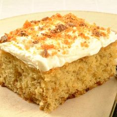 Butterfinger Banana Cake - Banana and crushed Butterfinger candy add to the flavor, texture and moistness of this deliciously easy 'cake-mix' cake. Frosting Recipes, Cake Recipes, Dessert Recipes, Yummy Recipes, Banana Cake Mix, Butterfinger Cake, Mango Cake, Pecan Cake, Strawberry Cakes