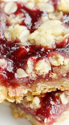 Raspberry Oatmeal Crumble Bars – 5 Boys Baker - - These Raspberry Oatmeal Crumble Bars are incredible! A delicious buttery, oatmeal crust, a sweet raspberry layer and topped with delicious oatmeal crumble. Brownie Desserts, Dessert Dips, Köstliche Desserts, Delicious Desserts, Dessert Recipes, Yummy Food, Bar Recipes, Plated Desserts, Healthy Food