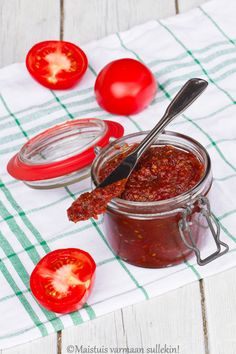 Uunissa paahdettu tomaattihillo  http://maistuisvarmaansullekin.blogspot.fi/2014/06/uunissa-paahdettu-tomaattihillo_30.html