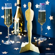 Plan on making your own papercut DIY Oscar statue this year for your Oscar watch party decor! Easy-to-make template and tutorial by MichaelsMakers designer Lia Griffith